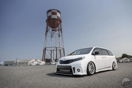 Toyota Sienna con Work Wheels Gnosis CV 201