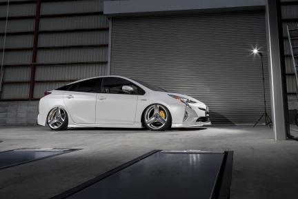 Toyota Prius con Work Wheels Ryver S003