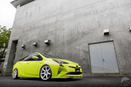 Toyota Prius con Work Wheels Emotion T7R 2P
