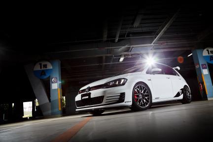 VW Golf MK7 con Work Wheels Emotion M8R